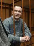 <p>Архивная фотография Игоря Сутягина, присутсвующего на суде в Москве, 7 апреля 2004 года. Вашингтон подтвердил, что ведет переговоры с Москвой об обмене фигурантов шпионского скандала в США на 11 человек, среди которых осужденный за разглашение гостайны российский ученый Игорь Сутягин. REUTERS/Gleb Shchelkunov/Files</p>