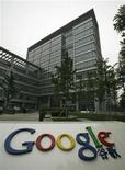 <p>Foto de archivo de la sede de la compañía Google en Pekín, jun 30 2010. El presidente ejecutivo de Google Inc, Eric Schmidt, dijo el jueves que confía en que la empresa se asegurará una licencia para operar su sitio en China, en medio de especulaciones sobre que Pekín podría rechazar el pedido. REUTERS/Bobby Yip</p>