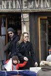 <p>Imagen de archivo de la actriz Angelina Jolie junto a Brad Pitt, saliendo de un restaurante de la mano de su hija Shiloh Nouvel Jolie-Pitt, en Venecia. Feb 16 2010. REUTERS/Michele Crosera</p>