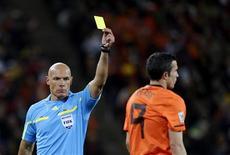 <p>Árbitro Howard Webb mostra cartão amarelo para o holandês Robin van Persie na final da Copa do Mundo, na África do Sul: ele se defendeu da série de críticas por sua atuação na partida. REUTERS/Dylan Martinez</p>