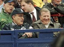 <p>New York Yankees principle owner George M. Steinbrenner (R) sits with New York City mayor Rudy Giuliani during the Yankees game with the Los Angeles Angels of Anaheim in an American League game at New York's Shea Stadium, in this April 15, 1998 file photograph. REUTERS/Ray Stubblebine/Files</p>