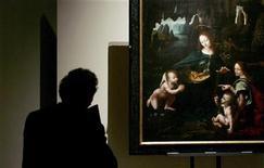 """<p>Foto de archivo de una persona viendo el cuadro de Leonardo Da Vinci 'La Vergine delle rocce' en una muestra en Ancona, Italia, oct 14 2005. Un trabajo de restauración de 18 meses en el cuadro """"Vergine delle rocce"""" (La Virgen de las Rocas) de Leonardo da Vinci reveló que el artista del Renacimiento pudo haber pintado la obra por sí solo y no, como se pensaba antes, con la ayuda de sus asistentes. REUTERS/Alessia Pierdomenico</p>"""