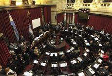 <p>Аргентинские сенаторы обсуждают законопроект касательно однополых браков в Буэнос-Айресе 14 июля 2010 года. Сенат Аргентины в четверг одобрил законопроект, разрешающий жениться парам с нетрадиционной сексуальной ориентацией, что может сделать Аргентину первой южноамериканской страной с однополыми браками. REUTERS/Handout-Prensa Senado</p>