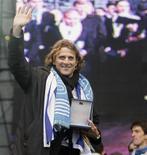 <p>Diego Forlán acena ao público durante comemoração em Montevidéu. O atacante uruguaio, eleito melhor jogador da Copa do Mundo, foi transformado em uma espécie de super-herói animado com tema musical próprio. 13/07/2010 REUTERS/Andres Stapff</p>