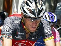 """<p>Lance Armstrong pedala durante a 14a etapa do Tour de France, entre Revel e Ax-3 Domaines, 18 de julho de 2010. O heptacampeão não espera por nenhuma """"gentileza"""" do pelotão que ele segue pela vitória. REUTERS/Eric Gaillard</p>"""
