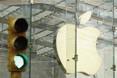 <p>Foto de archivo del logo de la compañía Apple al interior de una de sus tiendas en Nueva York, jul 19 2010. Apple reportó el martes ganancias e ingresos mayores a los esperados para su tercer trimestre fiscal, lo que hacía saltar sus acciones un 3,2 por ciento en las operaciones electrónicas tras el cierre del mercado. REUTERS/Lucas Jackson</p>