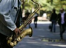 <p>A man plays the saxophone in New York's Central Park October 12, 2007. REUTERS/Shannon Stapleton</p>