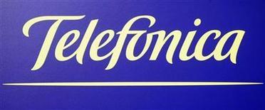 <p>Foto de archivo del logo de la compañía de telecomunicaciones Telefónica en Madrid, feb 28 2008. El grupo español Telefónica dijo el miércoles que contrató al despacho estadounidense de abogados Dewey & Leboeuf como asesores en la disputa contra Portugal Telecom (PT) por el control de la operadora brasileña Vivo. REUTERS/Sergio Perez</p>