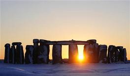 <p>O sol se põe atrás do do monumento pré-histórico britânico Stonehenge, em Wiltshire, sul da Inglaterra, 7 de janeiro de 2010. Arqueólogos descobriram uma versão em madeira do monumento. REUTERS/Kieran Doherty</p>