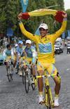 <p>O espanhol Alberto Contador comemora ao vencer a Volta da França, na Champs Elysees em Paris. Contador garantiu no domingo a conquista do seu terceiro título neste ano. 25/07/2010 REUTERS/Gonzalo Fuentes</p>