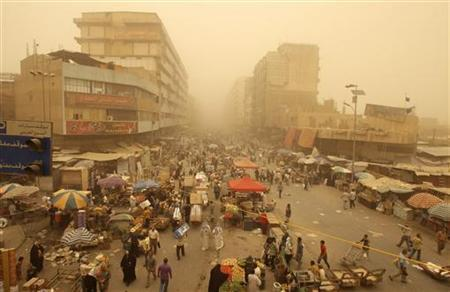 Residents gather at the Shorja wholesale market during a sandstorm in Baghdad, June 7, 2010. REUTERS/Saad Shalash