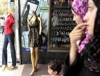 <p>Palestinian women walk next to mannequins outside shops in Gaza City July 28, 2010. REUTERS/Ismail Zaydah</p>