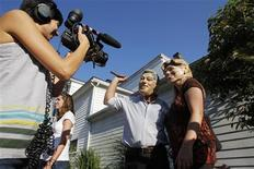 <p>A member of the media interviews Gary and Kelly Kiernan, both of Rhinebeck, as they don Bill and Hillary Clinton masks in Rhinebeck, New York July 30, 2010. REUTERS/Jessica Rinaldi</p>