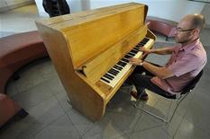 <p>Un piano des studios d'Abbey Road, utilisé notamment par les Beatles et Pink Floyd, sera mis aux enchères le 15 août prochain et pourrait trouver preneur à 150.000 livres sterling (180.000 euros). /Photo prise le 2 août 2010/REUTERS/Toby Melville</p>
