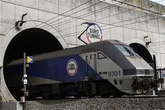 """<p>""""Oubliés"""" dans leur wagon par le personnel d'Eurotunnel à leur arrivée à Calais, une vingtaine de passagers britanniques n'ont pu débarquer samedi en France et ont effectué malgré eux une nouvelle traversée de la Manche. /Photo d'archives/REUTERS/Pascal Rossignol</p>"""
