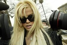 <p>Anna Nicole Smith arrives with her lawyer Howard Stern for her hearing at the Supreme Court in Washington February 28, 2006. REUTERS/Chris Kleponis</p>