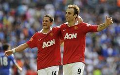 """<p>Игроки """"Манчестер Юнайтед"""" Димитар Бербатов и Хавьер Эрнандес радуются голу в матче английского Суперкубка против """"Челси"""" в Лондоне 8 августа 2010 года. REUTERS/Nigel Roddis</p>"""