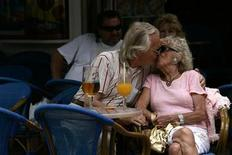 <p>A couple kiss at a restaurant in Torremolinos, near Malaga, in the Costa del Sol, southern Spain, May 26, 2007. REUTERS/Jon Nazca</p>