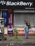 <p>L'Inde, qui veut contrôler les services du BlackBerry, menace également de fermer les services de messagerie de Google et de Skype pour des raisons de sécurité nationale. /Photo prise le 12 août 2010/REUTERS/Rupak De Chowdhuri</p>