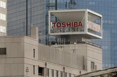 <p>Toshiba, premier fabricant japonais de semi-conducteurs, a annoncé vendredi vouloir réduire ses coûts d'approvisionnement de 1.000 milliards de yens (neuf milliards d'euros) au cours des trois prochaines années en cherchant de nouveaux fournisseurs dans les marchés émergents. /Photo d'archives/REUTERS/Toru Hanai REUTERS/Toru Hanai (JAPAN - Tags: BUSINESS)</p>