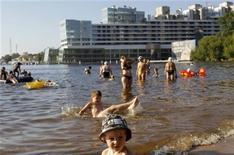"""<p>Люди купаются в Химкинском водохранилище в Москве 14 июля 2010 года. В грядущие выходные жителей Москвы ждет уже привычная температура """"за 30"""", яркое солнце и полное отсутствие осадков, считают синоптики. REUTERS/Denis Sinyakov</p>"""