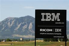 <p>IBM va payer environ 480 millions de dollars (375 millions d'euros) en numéraire pour acquérir la société spécialisée dans les logiciels de marketing Unica Corp avec pour objectif d'étendre son portefeuille de logiciels d'entreprises et de services technologiques. /Photo d'archives/REUTERS/Rick Wilking</p>