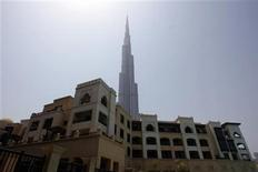 <p>The Souk Al Bahar shopping mall is seen in the foreground of the Burj Khalifa, the world's tallest building, in Dubai July 22, 2010. REUTERS/Mosab Omar</p>