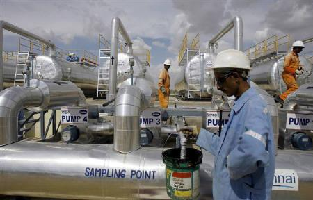 Cairn India employees work at a storage facility for crude oil at Mangala oil field at Barmer in the desert Indian state of Rajasthan August 29, 2009. REUTERS/Parth Sanyal