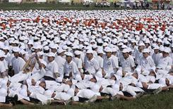 """<p>Quelque 10.276 personnes se sont rassemblées jeudi à Ordos, dans la région chinoise autonome de Mongolie intérieure, pour établir un nouveau record du monde de """"dominos humains"""". /Photo prise le 12 août 2010/REUTERS</p>"""