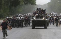 <p>Сотрудники сил безопасности Киргизии двигаются навстречу сторонникам регионального лидера Урмата Барыктабасова на окраинах Бишкека 5 августа 2010 года. Правительственные силы Киргизии в ряде случаев потворствовали погромам в узбекских кварталах в ходе межэтнических столкновений в июне, заявила международная правозащитная организация Human Rights Watch (HRW) в понедельник, призвав власти расследовать действия силовиков. REUTERS/Vladimir Pirogov</p>