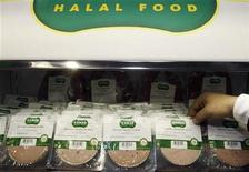 <p>Halal sausage is displayed at the Halal exhibition which presents food products for Muslim clients which are prepared following Islamic dietary laws, in Paris March 30, 2010. REUTERS/Regis Duvignau</p>
