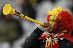 """<p>Fã assobra vuvuzela durante jogo entre Espanha e Portugal na Copa do Mundo na Cidade do Cabo. """"Vuvuzela"""" conquistou seu lugar no Dicionário de Inglês de Oxford. 29/06/2010 REUTERS/Yves Herman</p>"""