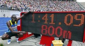 <p>O queniano David Lekuta Rudisha posa ao lado do painel eletrônico de tempo após bater um novo recorde mundial nos 800 metros rasos do ISTAF Berlin Grand Prix, 22 de agosto de 2010. Rudushia fez o percurso em um minuto e 41,09 segundos. REUTERS/Fabrizio Bensch</p>
