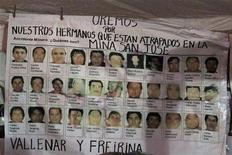 <p>Постер с фотографиями 33 шахтеров, оказавшихся под завалами после обрушения шахты в Копьяпо 22 августа 2010 года. Все 33 чилийских шахтера, оказавшихся под завалами 17 дней назад после обрушения шахты, сообщили о том, что живы, однако потребуются месяцы, чтобы их вытащить, заявил президент Чили. REUTERS/Ivan Alvarado</p>