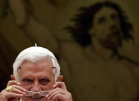 Pope Benedict XVI leads his Angelus prayer from balcony of his summer residence in Castel Gandolfo August 22, 2010. REUTERS/Stefano Rellandini