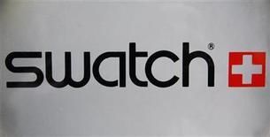 <p>Foto de archivo del logo de la compañía manufacturera de relojes Swatch en una de sus relojerías en Estrasburgo, Francia, mar 12 2009. Swatch Group, el mayor fabricante de relojes del mundo, está apuntando a otro año record en el 2011 en momentos en que nuevos productos llegan al mercado en los próximos meses, dijo en declaraciones publicadas el domingo la nueva presidenta del grupo. REUTERS/Vincent Kessler</p>