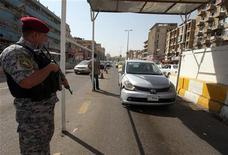 <p>شرطي يقف على نقطة تفتيش في بغداد يوم 19 اغسطس اب 2010. تصوير. محمد امين - رويترز</p>