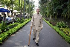 <p>Lee Teng-ko, 80, walks at Shihlin Presidential Residence in Taipei August 28, 2010. REUTERS/Pichi Chuang</p>