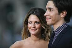 """<p>Cast members Drew Barrymore and Justin Long pose at the premiere of """"Going the Distance"""" in Hollywood, California August 23, 2010. REUTERS/Mario Anzuoni</p>"""