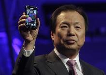 <p>Imagen de archivo del director de la división de Comunicaciones Móviles de Samsung, J.K. Shin, mostrando un nuevo teléfono en Las Vegas. Mar 23 2010 Samsung Electronics, el segundo fabricante mundial de teléfonos móviles, espera vender hasta 25 millones de teléfonos avanzados este año, con lo que eleva su objetivo previo, y tiene previsto doblar los envíos el próximo año, dijeron el viernes varios medios. REUTERS/Steve Marcus/ARCHIVO</p>