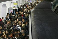 <p>La chaleur dégagée par les voyageurs du métro parisien va être utilisée pour chauffer un immeuble du centre de Paris, indique Paris Habitat, premier bailleur social de la capitale. Un immeuble expérimental du IVe arrondissement, puisera dans la chaleur du sous-sol, la fera passer dans des échangeurs pour réchauffer de l'eau et alimenter des conduits de chauffage. /Photo d'archives/REUTERS/Benoît Tessier</p>