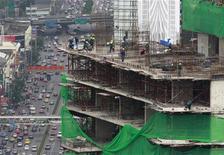 <p>Рабочие строят здание в центре Бангкока, 17 августа 2010 года. Турецкая Polimeks получила госзаказ на сооружение в Ашхабаде первой очереди спортивного городка за $1,9 миллиарда (без учета НДС), сообщают в субботу местные СМИ. REUTERS/Sukree Sukplang</p>