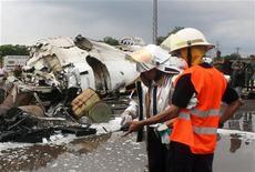 <p>Спасатели работают на месте крушения самолета ATR-42 в Пуэрто-Ордас, Венесуэла 13 сентября 2010 года. Как минимум 15 человек погибли в результате крушения турбовинтового самолета на юге Венесуэлы. REUTERS/German Dam</p>