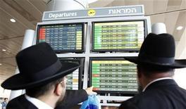 <p>Пассажиры читают информацию на электронном табло в аэропорту Тель-Авива, 13 сентября 2010 года. Наземный персонал аэропорта имени Бен Гуриона в Тель-Авиве прекратил забастовку после достижения соглашения о пенсионных выплатах, сообщили чиновники. REUTERS/Nir Elias</p>