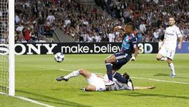 <p>Michel Bastos marca o gol do Olympique de Lyon na vitória por 1 x 0 sobre o Schalke 04 na Liga dos Campeões. 14/09/2010 REUTERS/Robert Pratta</p>