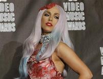 """<p>Певица Lady Gaga на церемонии вручения наград MTV Video Music Awards в Лос-Анджелесе, 12 сентября 2010 года. Американские поп-принцессы Lady Gaga и Кэти Пэрри буквально """"идут ноздря в ноздрю"""": обе претендуют на пять наград MTV Europe Music Awards. REUTERS/Mario Anzuoni</p>"""