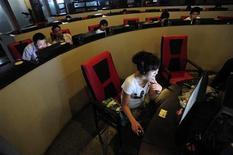 <p>Люди пользуются компьютерами в интернет-кафе в Хэфэе 8 июня 2010 года. Люди переносят издевательства в интернете куда хуже, чем при личном контакте, даже когда дело доходит до весьма реальных оплеух и насмешек, обнаружили американские ученые. REUTERS/Stringer</p>