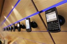 <p>Foto de archivo de un teléfono móvil Blackberry de la compañía Research in Motion (RIM) en una tienda de Toronto, jul 13 2010. Research In Motion (RIM) podría aprovechar una conferencia de programadores prevista para la próxima semana para anunciar sus planes para lanzar un Tablet PC que compita con el iPad de Apple y con el dispositivo de Amazon, dijo el diario Wall Street Journal. REUTERS/Mark Blinch</p>