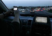 <p>A driver uses his smart phone while in traffic in Encinitas, California December 10, 2009. REUTERS/Mike Blake</p>