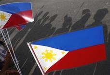 <p>Люди держат флаг Филиппин, 28 мая 2008 года. Правительство США принесло извинения за размещение национального флага Филиппин вверх тормашками на встрече лидеров государств-членов Ассоциации стран Юго-Восточной Азии (АСЕАН) с президентом США Бараком Обамой в Нью-Йорке в пятницу. REUTERS/Darren Whiteside</p>